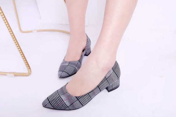 туфли на удобном каблуке в клетку 2202199 фотография