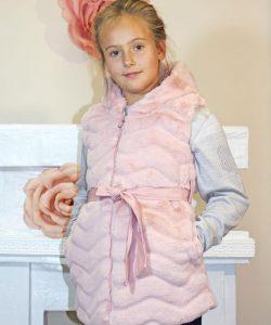 жилетка меховая на девочку с капюшоном розовый шик 160919 фотография