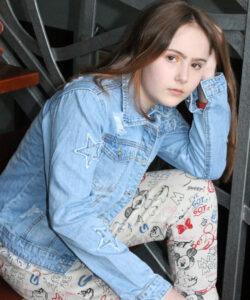 куртка на девочку джинсовая звезды 100321 100321 фотография